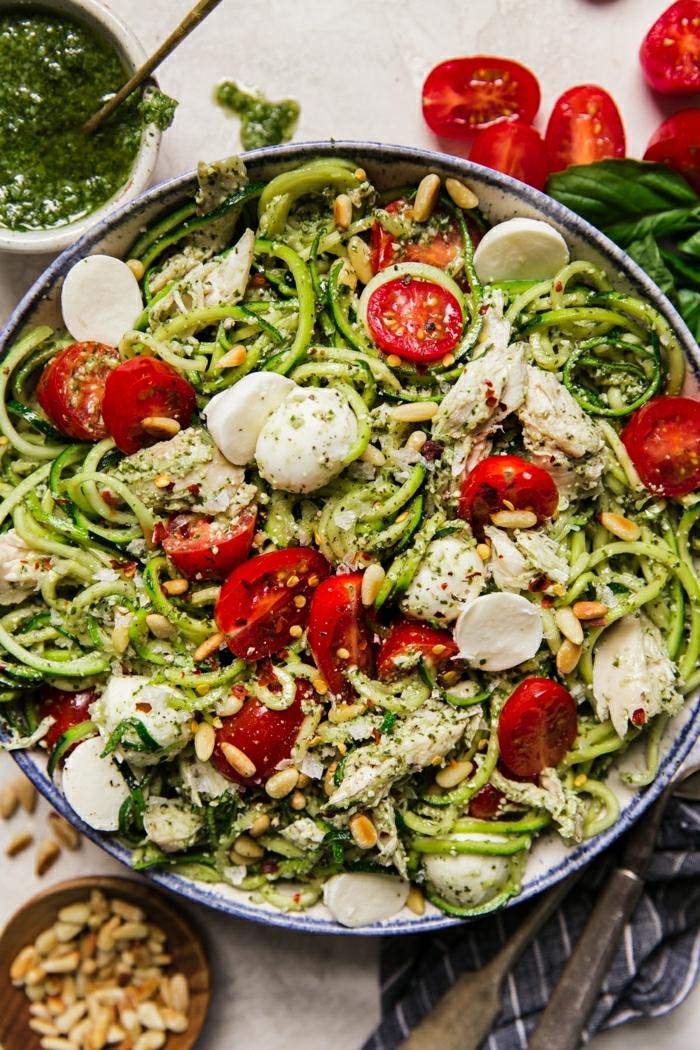 zucchini spaghetti rezept mit mozzarela, cherry tomaten und knoblauch, gesund essen