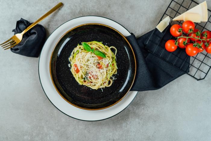 zucchini spaghetti rezept, zudeln mit parmesan tomaten und basilikum pesto