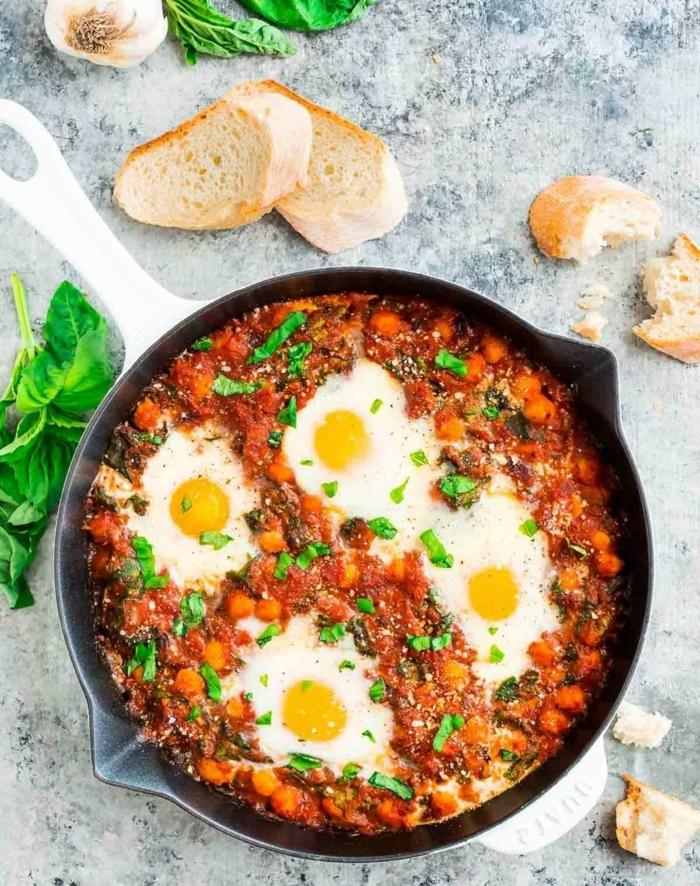 low carb abendessen, eier mit tomaten soße und karotten garniert mit spinat