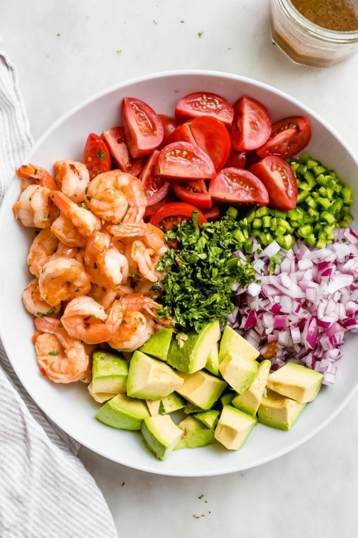 low carb abednessen, gesunder alat mit garnelen, avocado, cherry tomaten und zweibel
