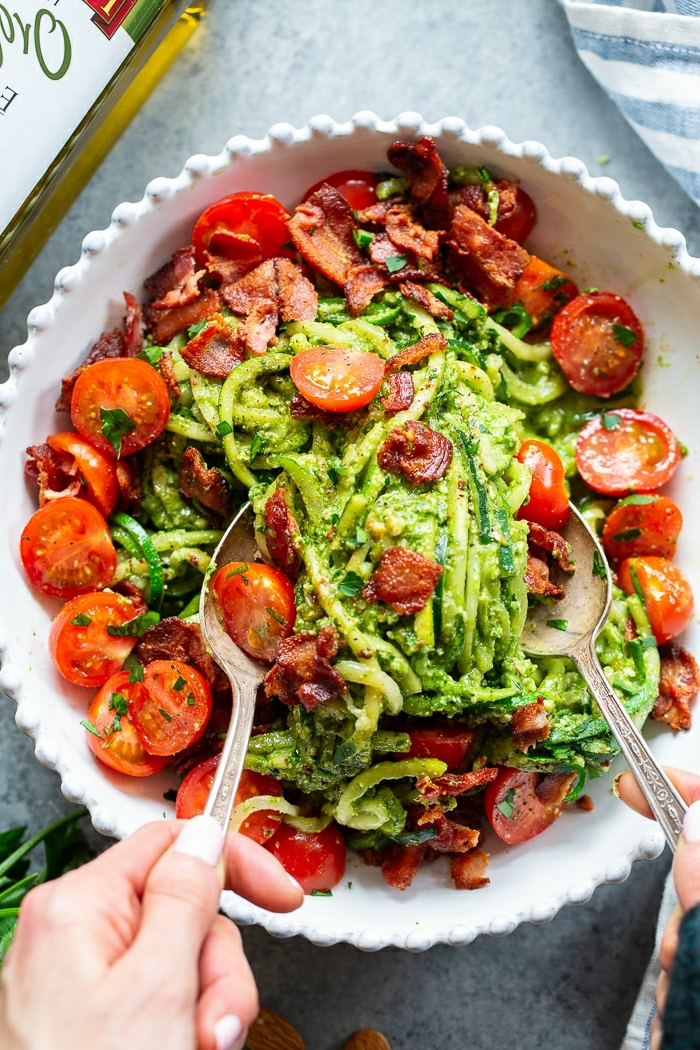 low carb abendessen ideen, zucchini nudeln mit pesto soße und cherry tomaten
