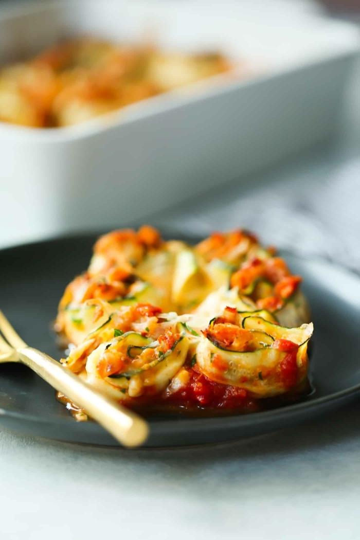 low carb abendessen, zucchini rollen mit hänchenfleisch, tomatne und paprika