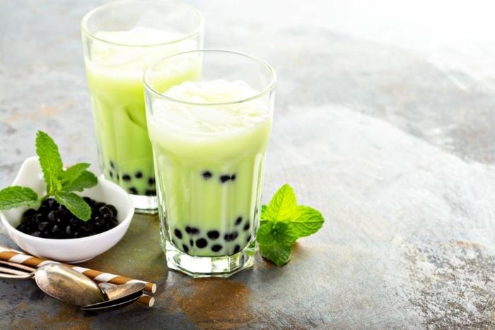 bubble tea selber machen, gesundes getränk mit pfeffemrinze, milch und tapioca perlen