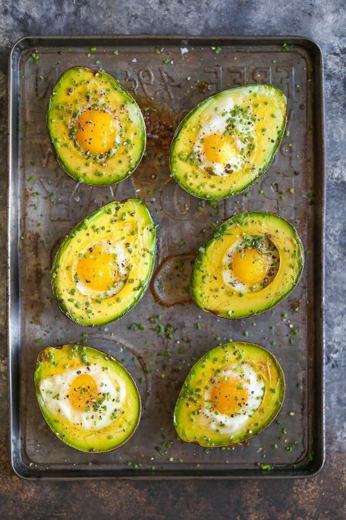 kohlenhydratarme ernährung, avocados mit eiern und gewürz, low carb rezepte