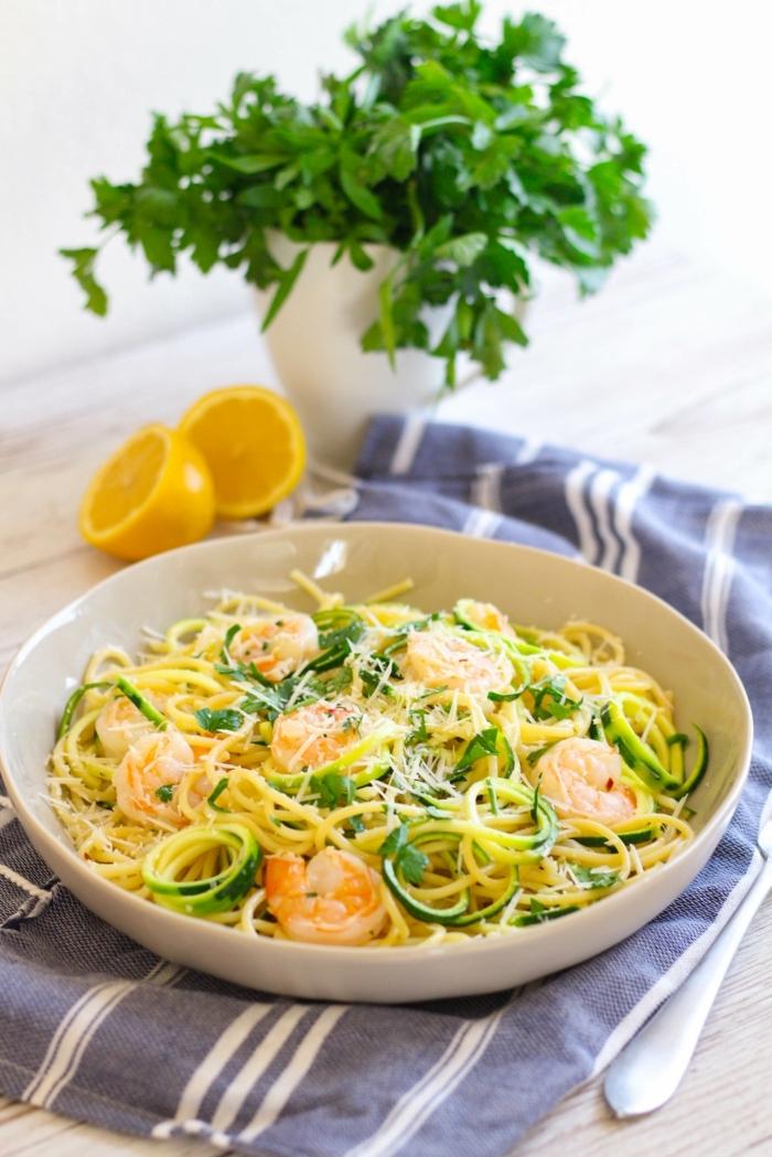 abendessen ohne kohlenhydrate rezepte kalt, zucchini nuddeln mit garnelen und frischer petersilie