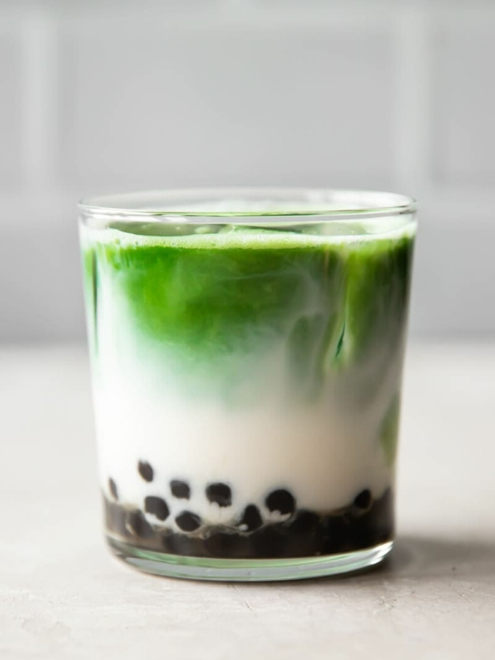 boba bubble tea mit matcha, sommertee mit milch, gesunde rezepte, lecker