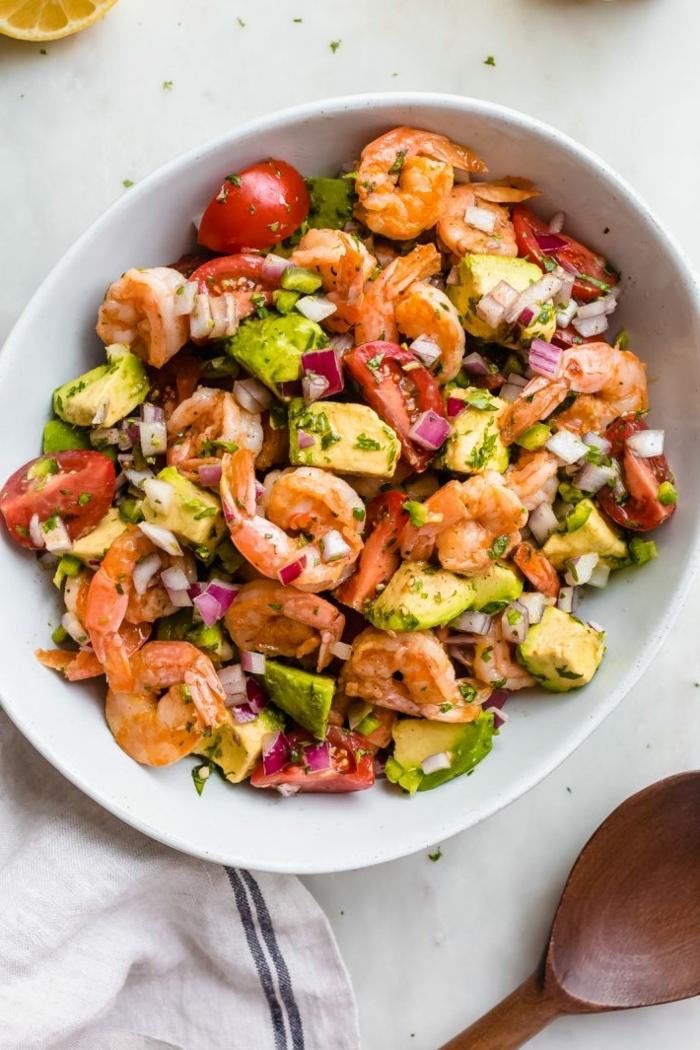 low carb rezete abendessen, gesunder salat mit garnelen, avocado, cherry tomaten und zwiebel