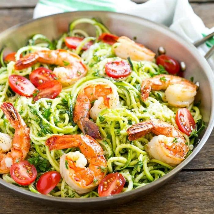 leckere gerichte abendessen, zucchini nudeln mit garnelen, cherry tomaten und zitrone