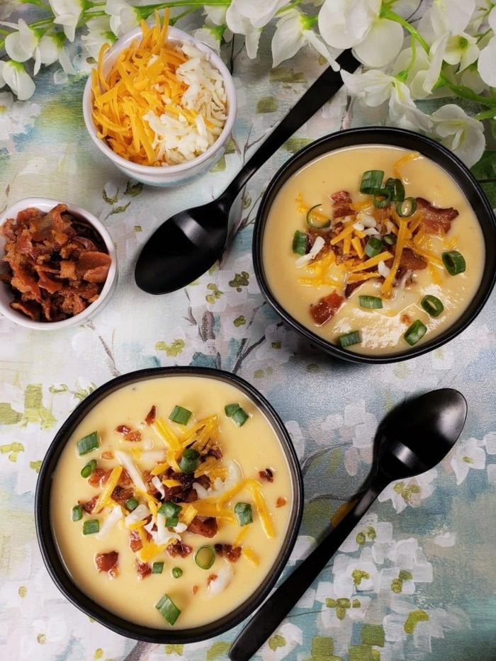 low carb abendessen schnell, gesunde suppe mit bakon, käse und frühlingszwiebel, was koche ich heute