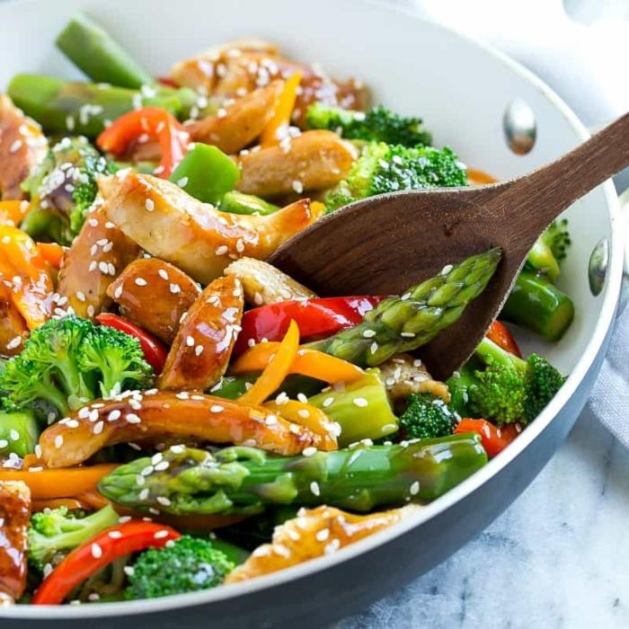 schnelle rezepte ohne kohlenhydrate, hänchenfleisch mit spargeln, rotem und gelbem paprikam, brokkoli und sesamsamen