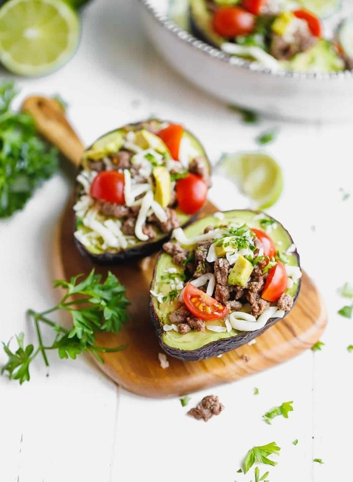 abendessen ohne kohlenhydrate rezepte kalt, avocados mit cherry tomaten,, fleisch und parmesan
