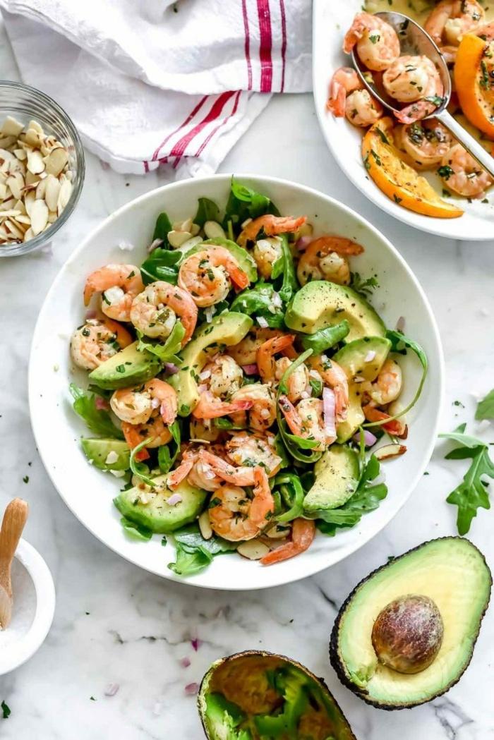 salat mit avocado und garnelen, abendessen zum abnehmen rezepte, low carb high protein