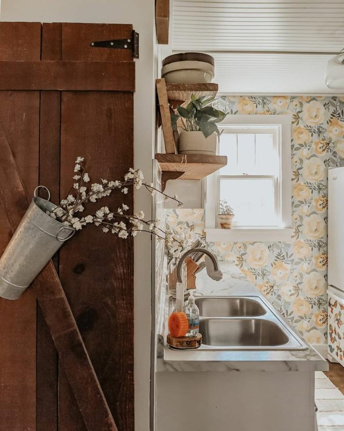 Inneneinrichtung vom Haus im Landhaus Stil, Tapeten für die Küche mit Blumenmuster,