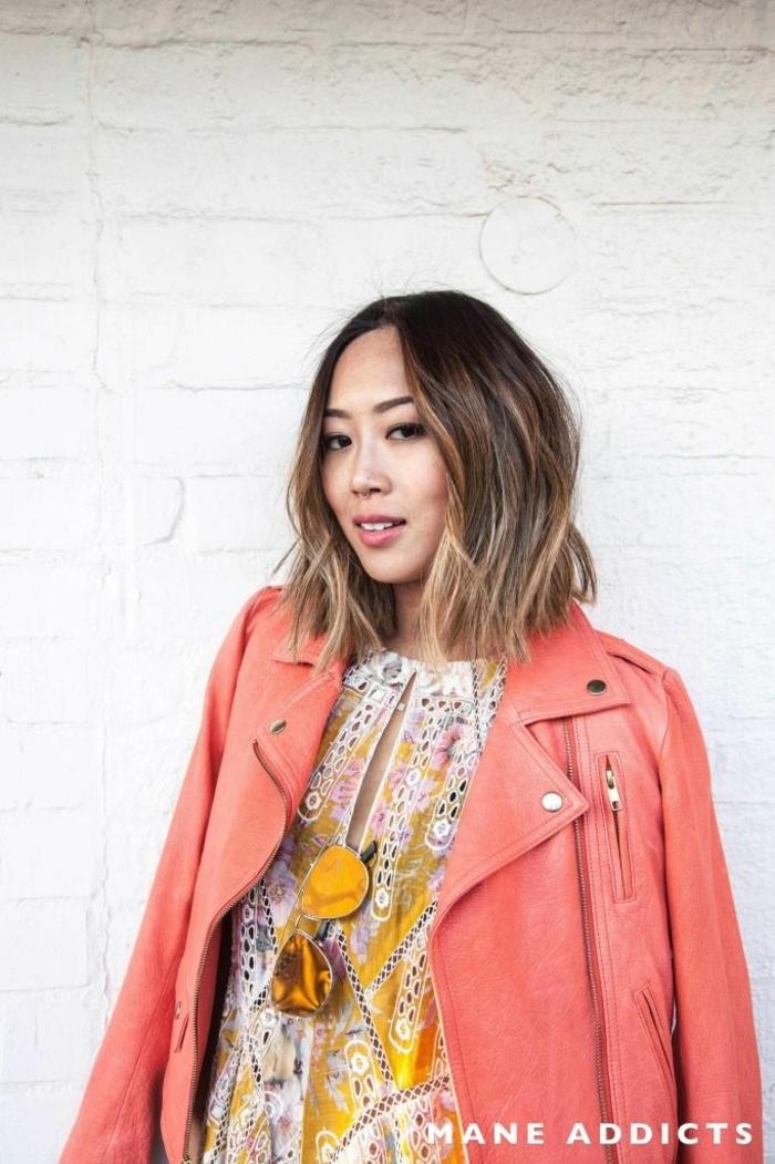 Damen Frisuren halblang, Influencerin Aimee Song von Song of Style, angezogen im bunten Kleid und pinker Lederjacke, bob frisuren 2020,