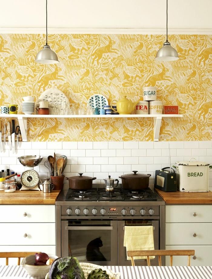 Ausstattung vom Haus im Landhaus Stil, weiße Fliesen, gelbe Küchentapeten mit verschiedenen Tieren