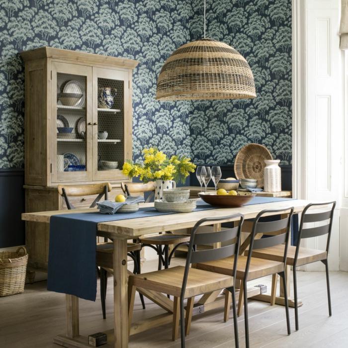 Welche Tapete passte in die Küche, blau mit Baummotiven, Ikea Küche Inspiration, großer Esstisch und Stühle aus Holz, gelbe Blumen in Vase, Küchenschrank aus Holz