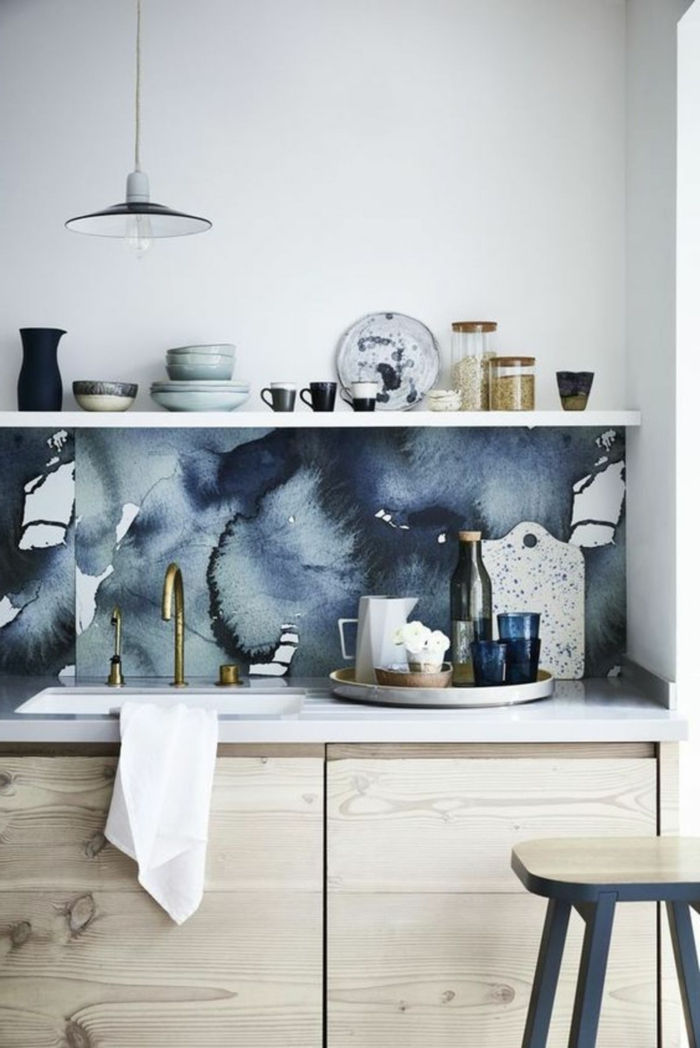 Küchentapeten ganz aktuell mit Marmor Effekt, kleine Küche einrichten mit Schränken und offenen Regalen