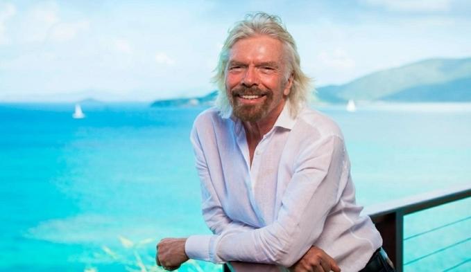ein alter mann mit bart und weißem hemd, der milliardär richard branson, blauer meer, virgin orbit