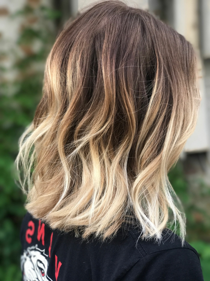 Dame mit blonde Ombre Haarfarbe Inspiration, schwarzes T-Shirt, Bob Frisuren kurz stufig,