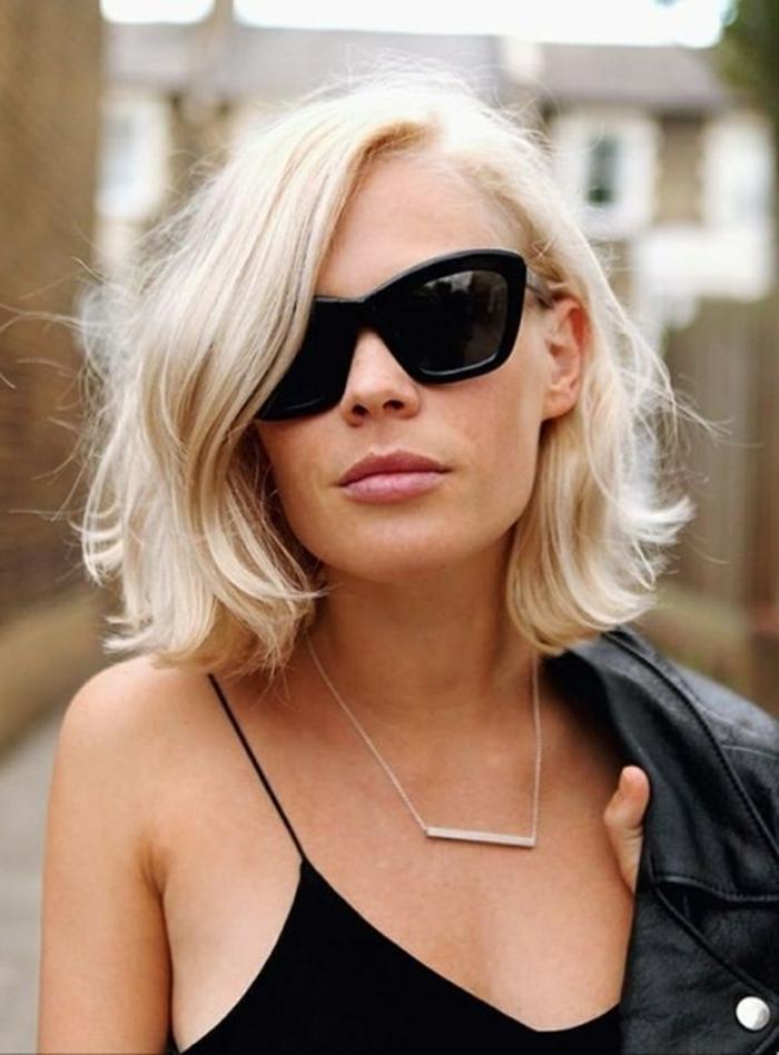 Kurzhaarfrisuren 2020, Bob Frisuren Inspiration, Dame mit hellblonden Haaren, große schwarze Sonnenbrillen