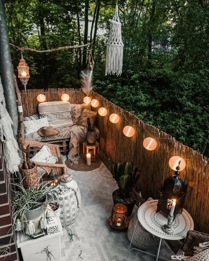 Gartenzaun Ideen Gestaltung aus Bambus mit aufgehängten Leuchten, kleiner Hinterhof im bohemischen Stil