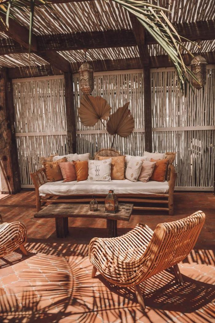 Einrichtung vom Garten im bohemischen Stil, Sichtschutz für Terrasse mit Bambus, Sofa mit vielen Kissen
