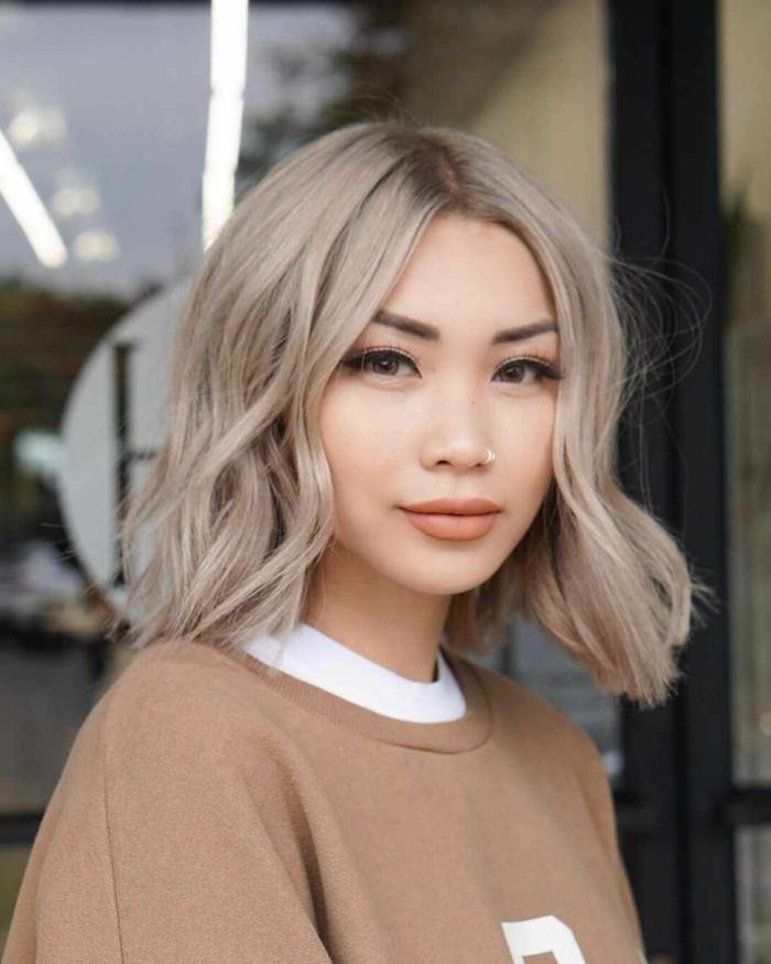 Kurzhaarfrisuren 2020 Damen, Pfirsich blonde Haarfarbe, moderne Bob Frisuren, hellbrauner sweatshirt