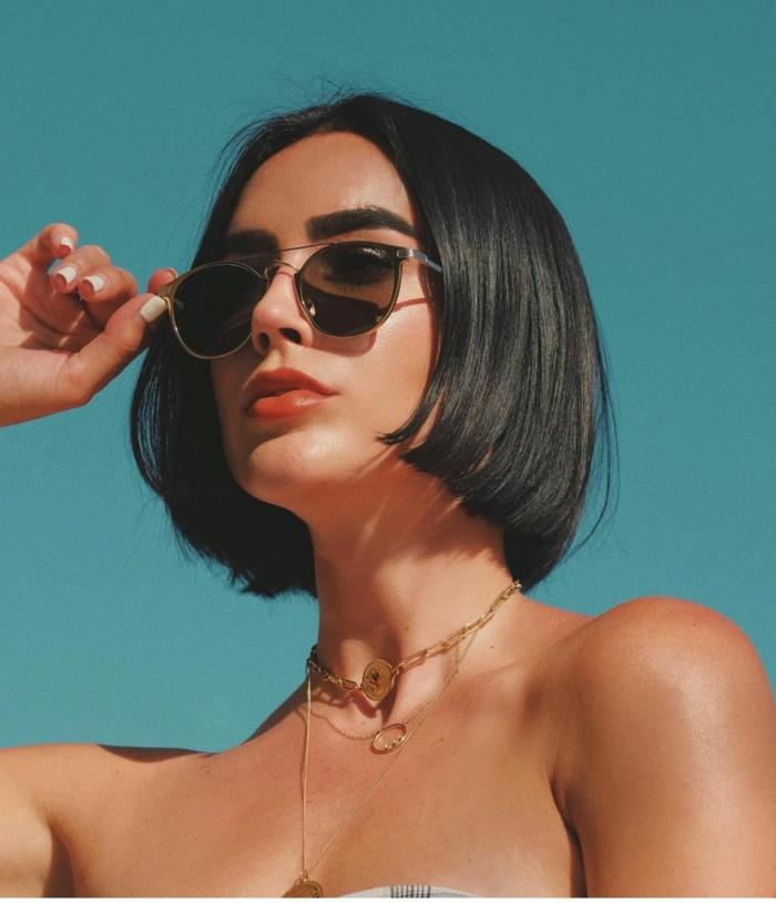 Brittany Xavier Style Inspiration, schwarze Sonnenbrillen, Bob Frisuren Stufig, elegante Halsketten