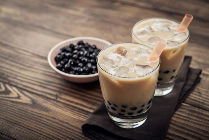 bubble tea sorten, eistee mit milch und tapioca, gesundes getränk