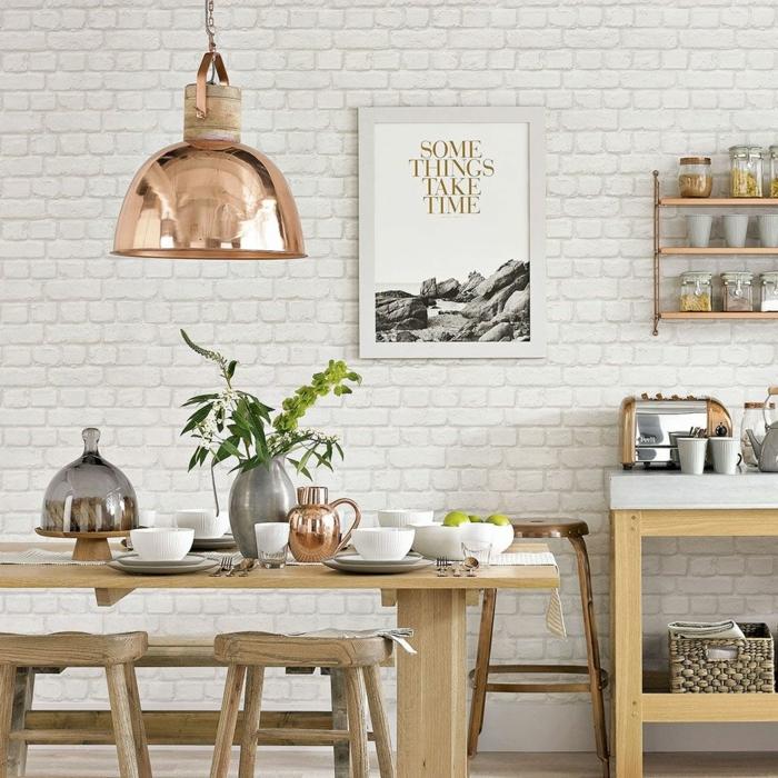 Tapete Esszimmer mit Backstein Effekt, Poster mit inspirierendem Zitat, Tisch und Stühle aus Holz
