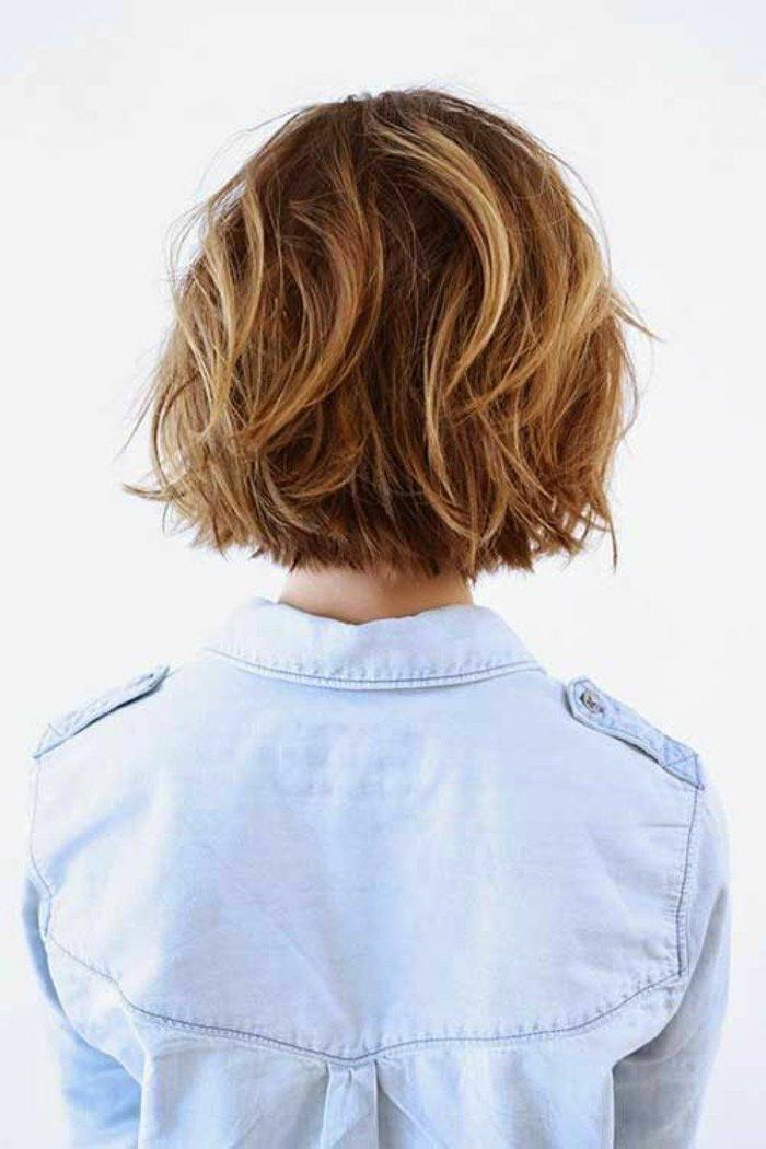 Foto von Dame Rückansicht, hellblaues Hemd, dunkelblonde Haare mit Strähnen, Kurzhaarfrisuren Bob
