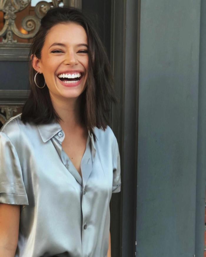 junge lächelnde Frau, mittelgroße Kreolen, seidenes Hemd, Bob Frisuren 2020 Frauen mittellang,