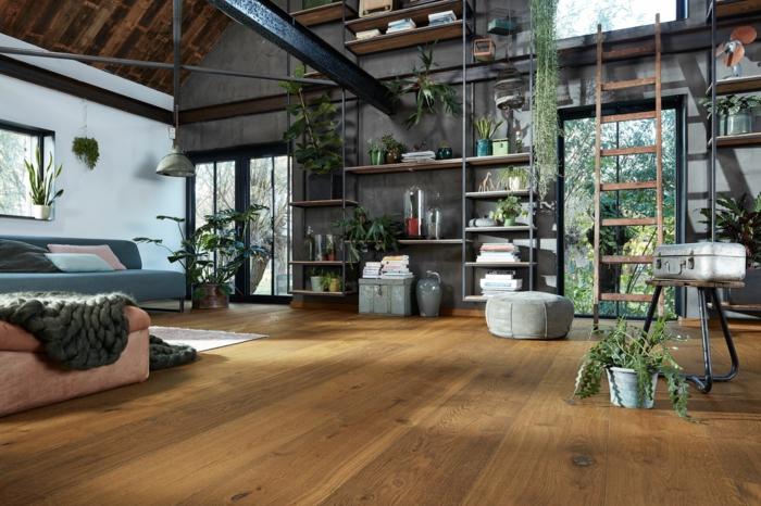 ein wohnzimmer im urban jugnle style, sofa und viele grüne pflanzen