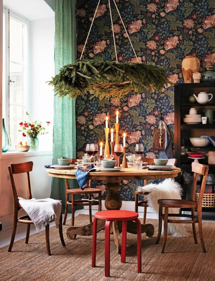 romantische Gestaltung, gedeckter runder Tisch mit Kerzen, Abwaschbare Tapete Küche blau mit pinkene Blumen, florale Motive