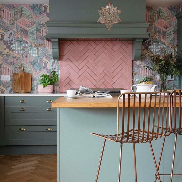 Küche mit Theke aus Holz, pinke Fliesen, Wandgestaltung Küchentapete mit Bilder von einer Stadt, Pastellfarbene Einrichtung, graue Schränke,