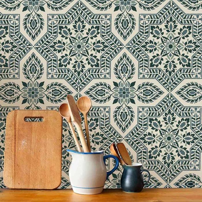 Abwaschbare Tapete Küche mit Fliesen Effekt, kleines Schneidebrett aus Holz, weiße Kanne mit Besteck aus Holz