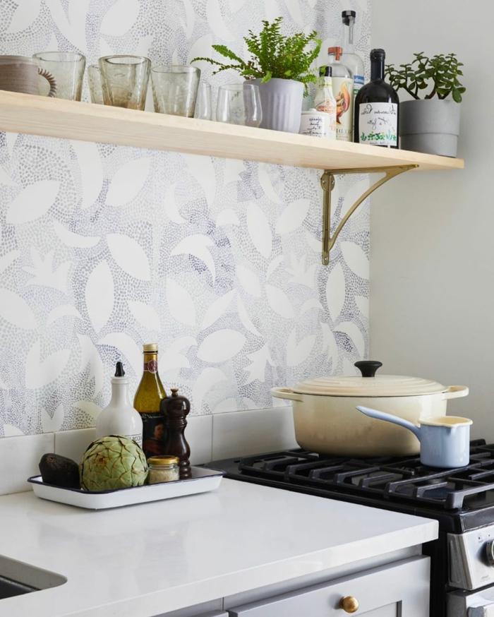 Wandgestaltung Küche Beispiele mit minimalistischen Tapeten, großer weißer Topf auf einem Herd, Tassen auf einem Regal