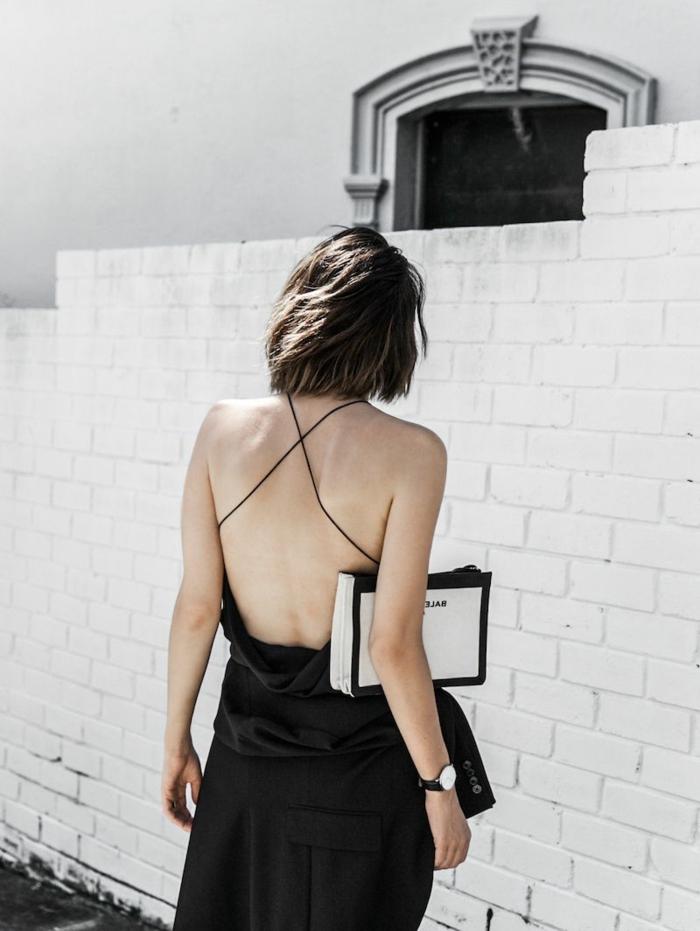 elegantes schwarzes rückenfreies Kleid mit Trägern, frisuren bob Kurz, Dame mit braunen Haaren,