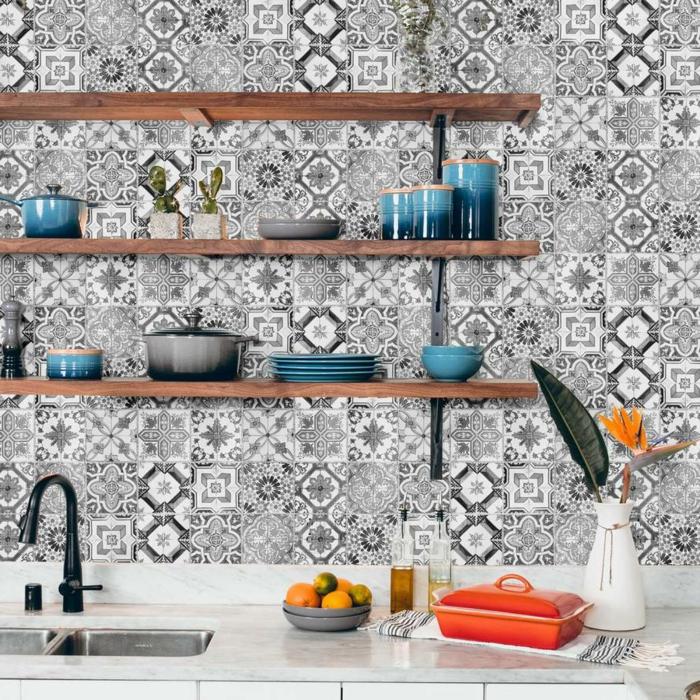 modernes blaues Geschirr auf offenem Regal, schwarz weiße Tapeten für Küchen mit Fliesen Effekt