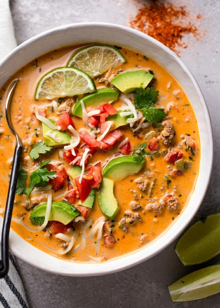gesunde suppe mit avocado, paprika und parmesan, essen ohne kohlenhydrate rezepte,