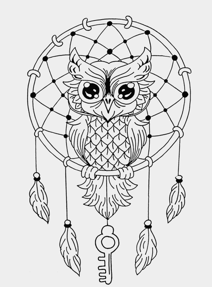 Zeichnung von großer Eule auf einem Traumfänger mit hängenden Federn und einem Schlüssel, Ausmalbilder Mandala Tiere