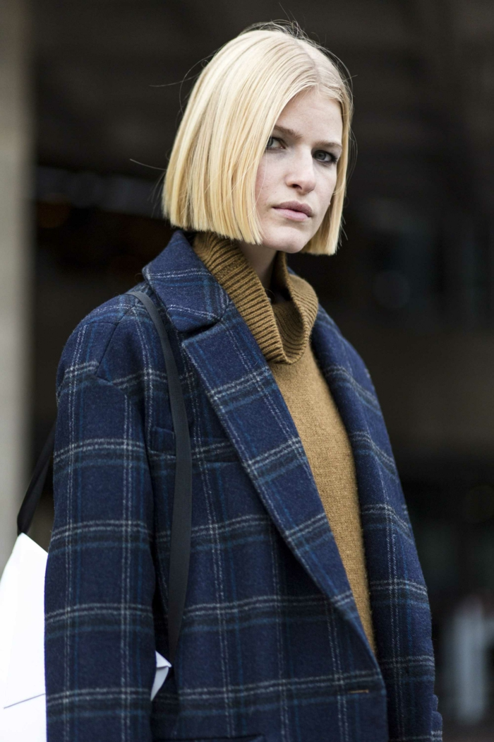 Street Style Inspiration, karierter blauer Mantel, Frau mit hellblonden Haaren, Damen Frisuren halblang Bob