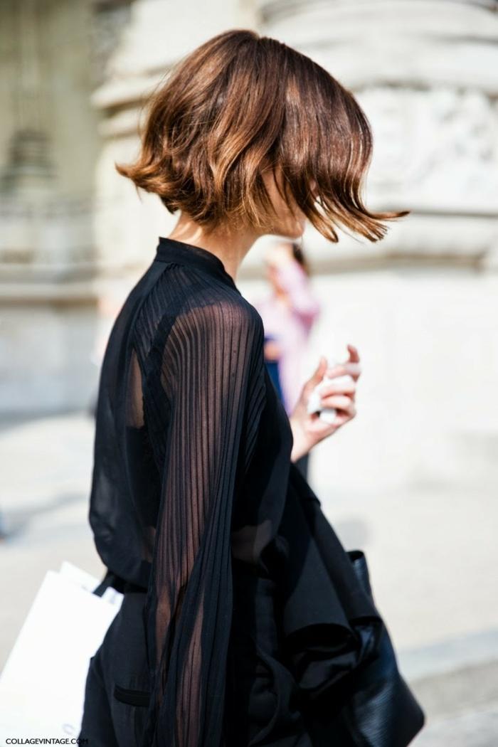 Bob Frisuren stufig 2020, Street Style Inspiration, Dame im langen schwarzen Kleid, hellbraune Haare