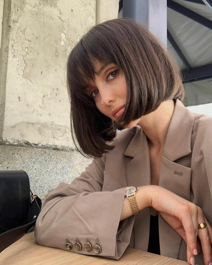 Frisuren Frauen Mittellang, schicke französische Bob Frisur, elegante Dame in beiger Jacke, modernes Outfit