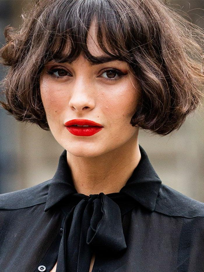 Französische Bob Frisuren 2020, Dame mit rotem Lippenstift, schwarze Bluse mit Schleife