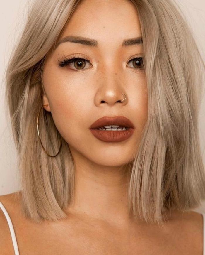 Nahaufnahmen von junge Dame, schlichtes Make-Up, große Kreolen, Frisuren 2020 Frauen Bob