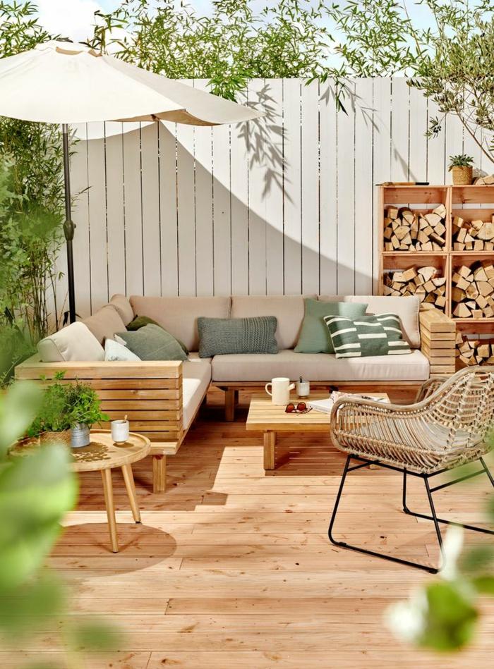 Sichtschutz Terrasse modern, weißer Gartenzaun, Ecksofa mit rosa Polsterung und grauen Kissen,