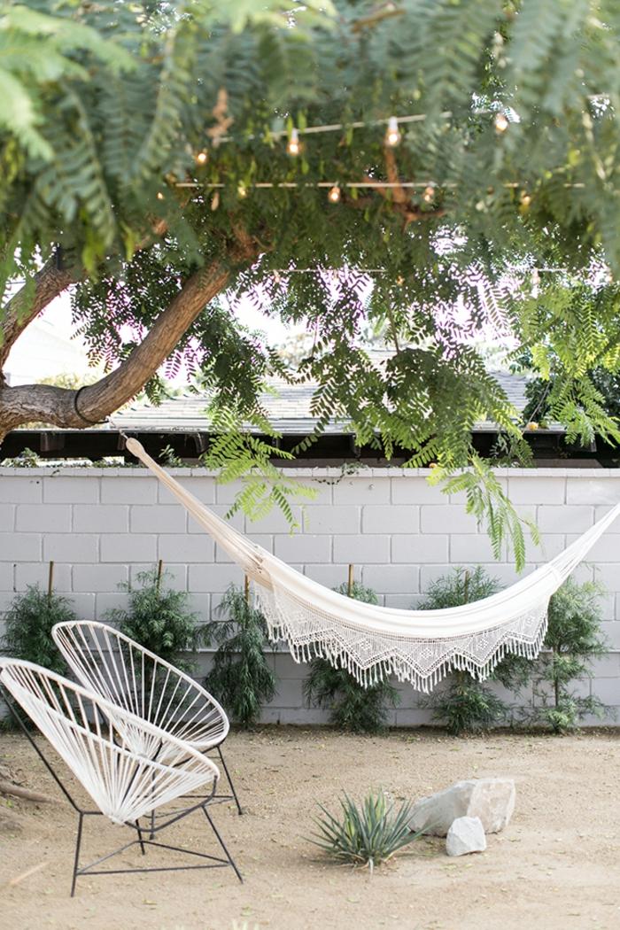 Trennwand aus Steinen, Sichtschutz Garten Ideen, aufgehängte Hängematte auf einem Baum, Gartenzaun Ideen Bilder