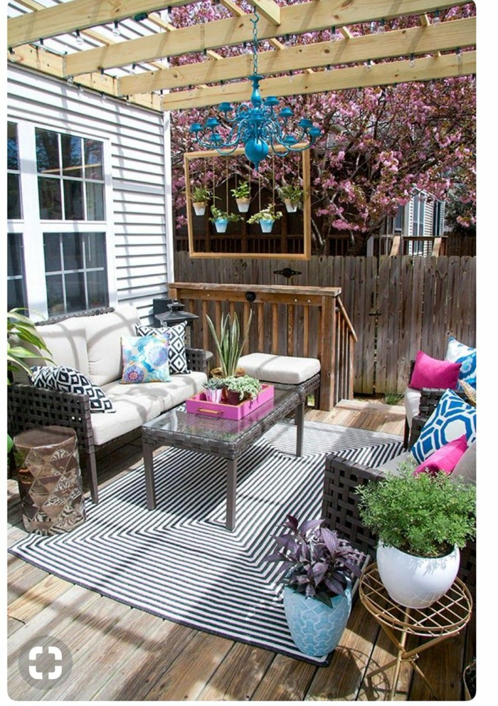 Sichtschutz Terrasse Holz Inspiration, minimalistische Gartenmöbel, pinke und blaue Kissen