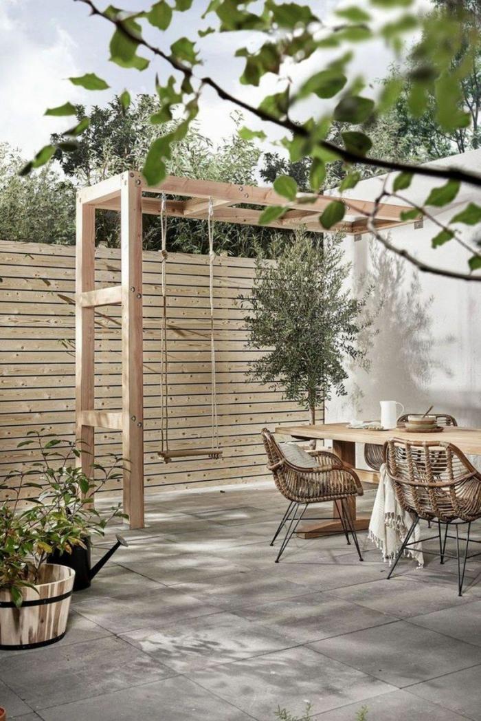Gartengestaltung Ideen Modern, Zaun aus Holz für den Garten, Pergola mit Schaukel